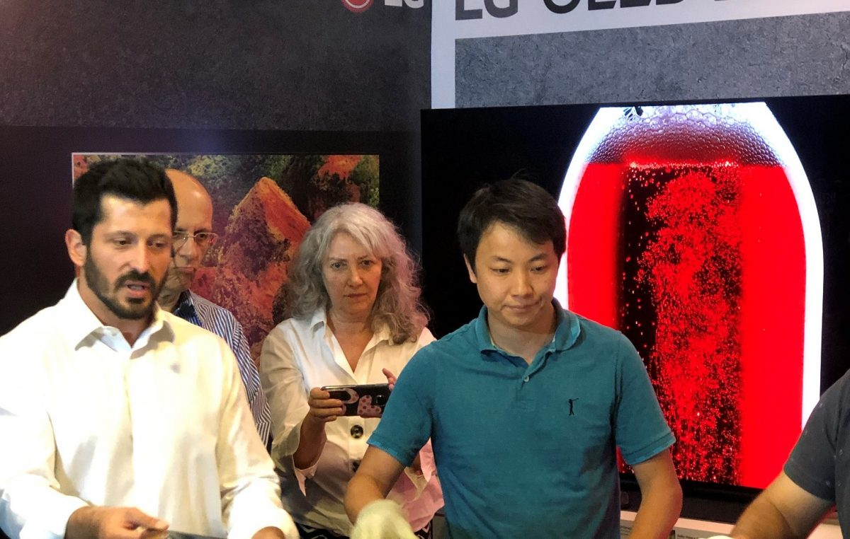 LG faz experiência para mostrar como funciona internamente as TVs OLED