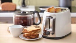 COFFEE MAKER AND TOASTER: The perfect match of all morning