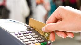 Empresas de cartão iniciam serviços de saque no comércio