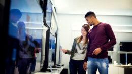 Vendas de TV crescem na pandemia e novas marcas chegam ao país com aparelhos mais baratos